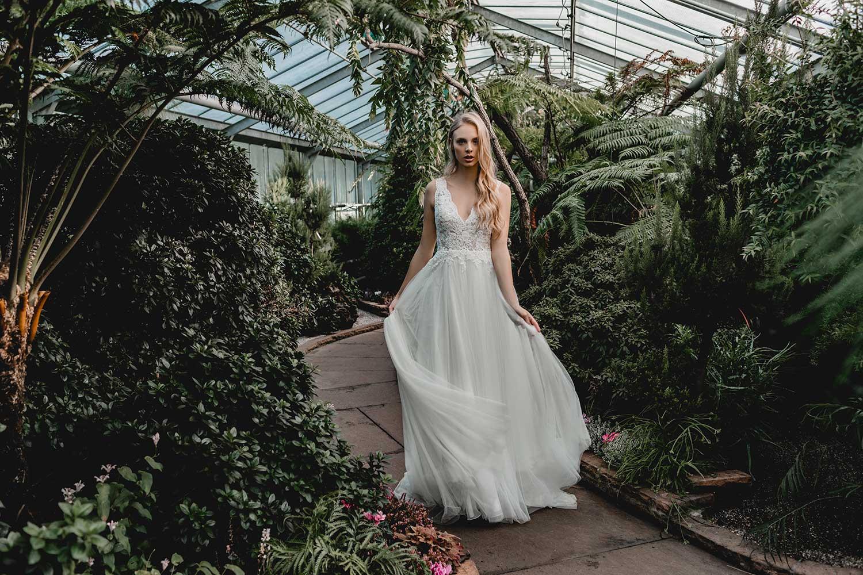 Beautiful bridal editorial in botanic garden