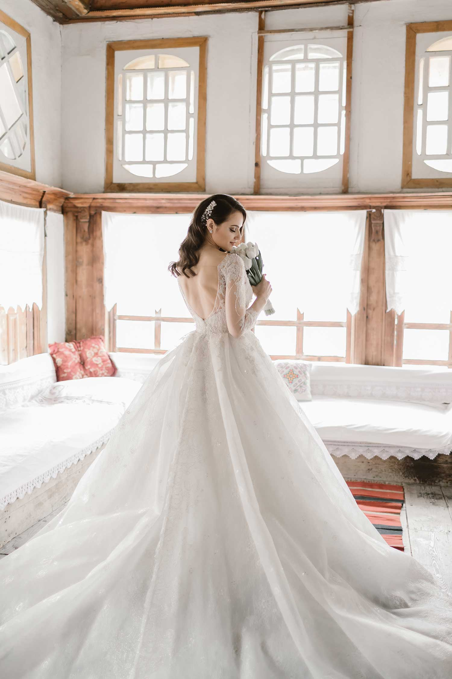 Stunning wedding dress in complete harmony with the interior design of the house