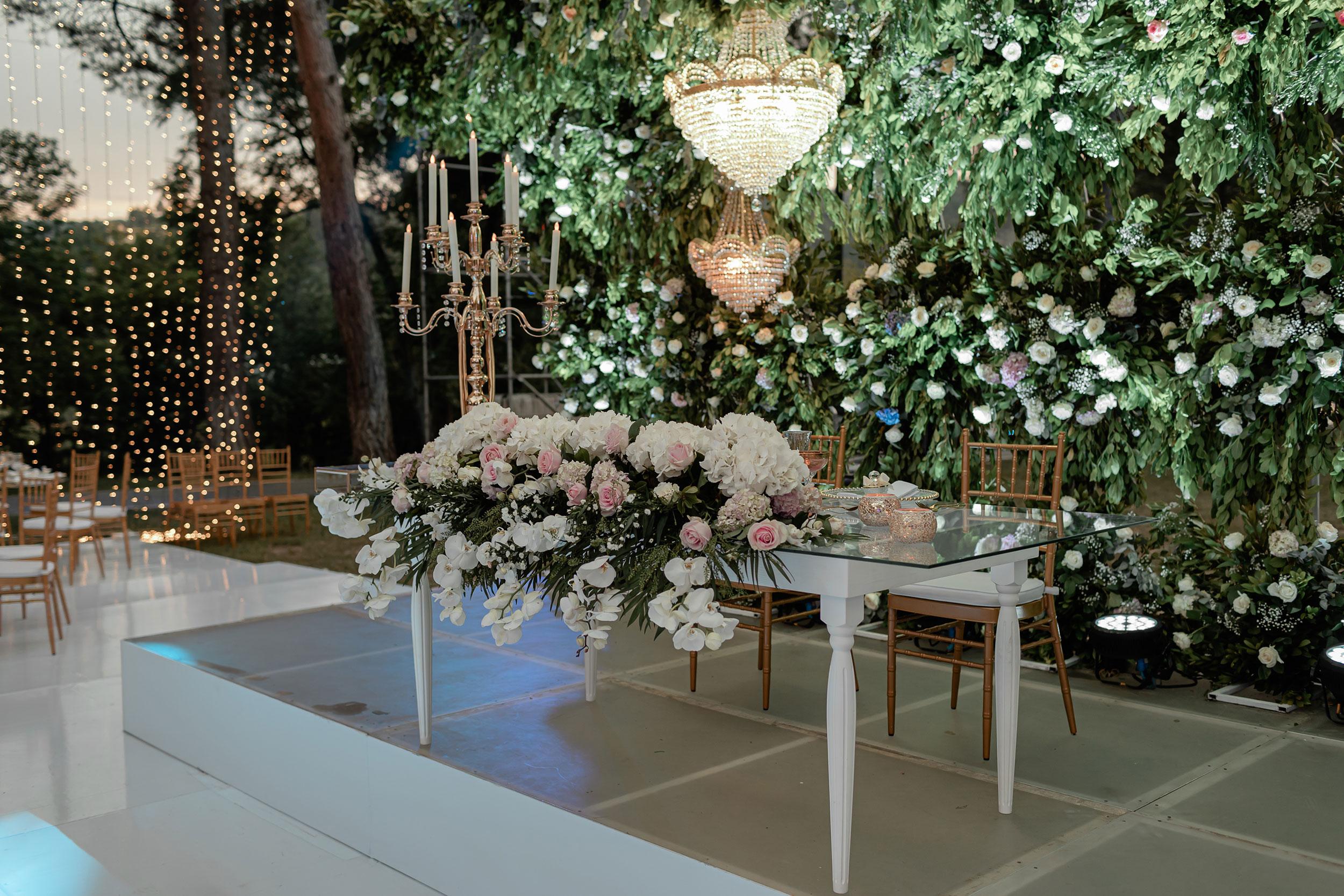 Romantic floral table decorations