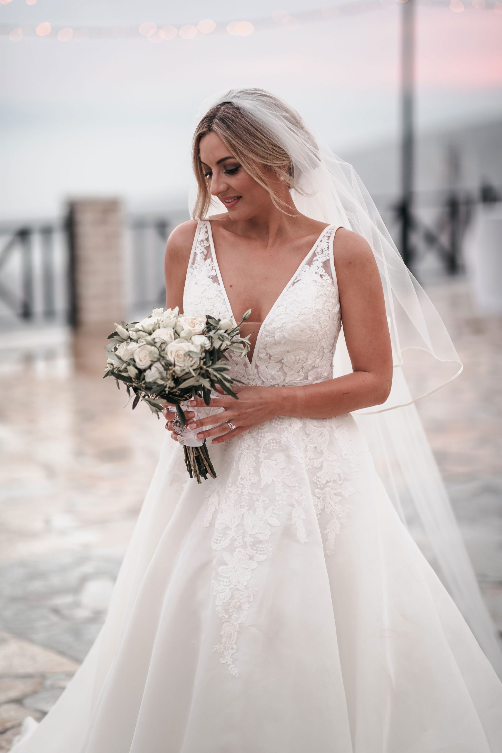 The bride posing with the bouquet of flowers