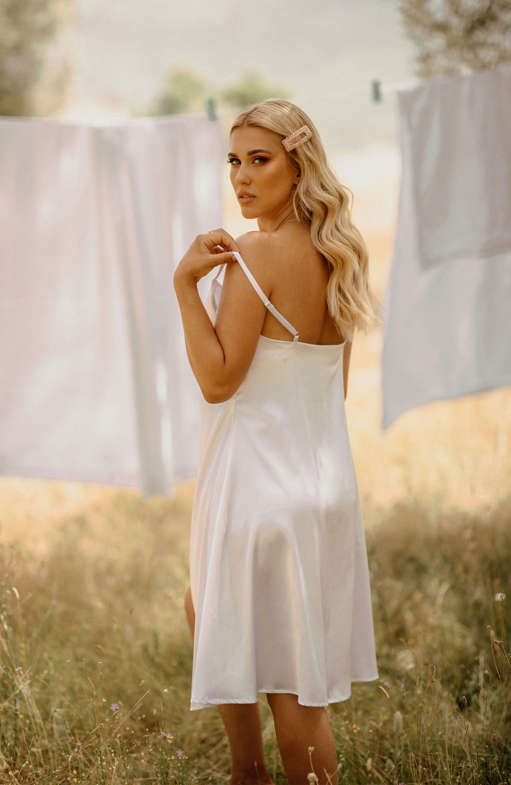 Blonde girl posing for the camera in a field